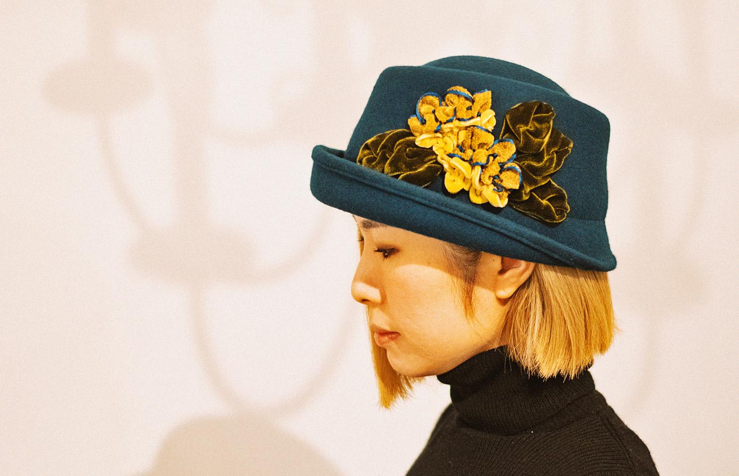作品の帽子をかぶったminoさん
