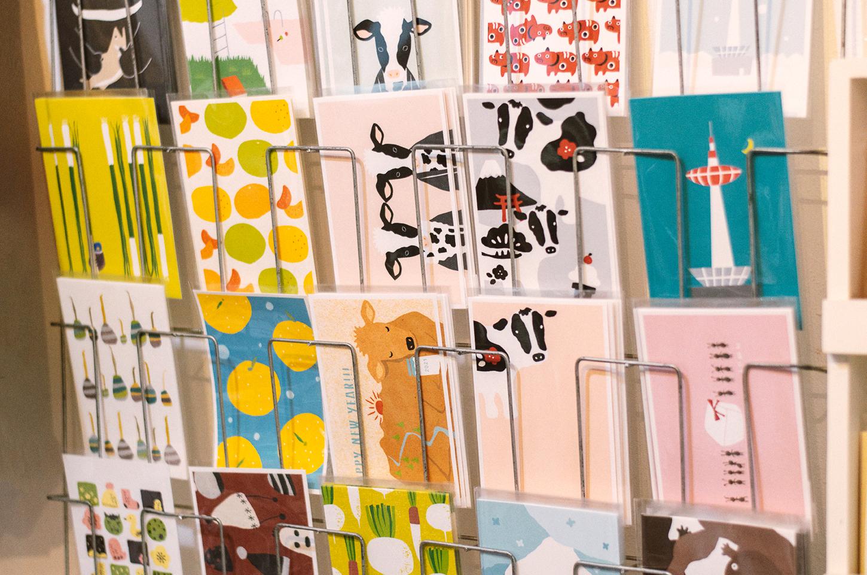 カラフルで様々なモチーフのポストカードの数々