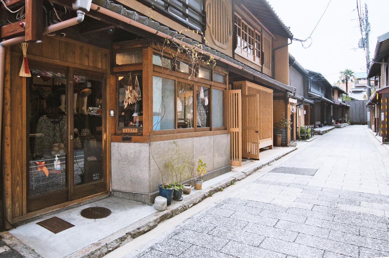 ミミズクヤ外観と店前の石畳